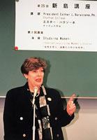 チャタム大学学長、エスター・バラゾーネ 名誉学位贈呈式後、第25回新島講座で初の女性講演者となる(1999年)