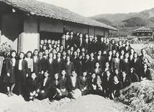 家政科生活科クラス会 1946年10月23日岩倉農場。久次米哲子教授、獅子堂静雄教授を囲んで