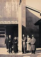 オルガン・パイプ 最大の柱状のパイプとエルマー・ゾゥグ博士の持つペン状の最小のパイプ。右から森川正雄(建造総主任)、クラップ、森本芳雄(組立助手)、デントン、ゾゥグ(組立主任)(1941年1月)