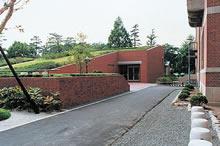 図書館入口付近 1977年9月6日に献堂式。地上には以前のように、緑豊かな芝生を残した