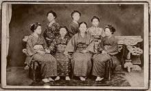 新島八重と女学校初期の生徒たち(1878年ころ)