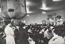 函館駅待合室で小憩 (1954年7月)