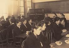 学徒動員壮行会 家政科2年。卓上の菓子は貴重な小麦粉で作った甘藷の餡入饅頭。これが大変なご馳走だった(1944年11月22日)