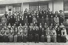 1939年卒業寮生 前列中央の左から堀貞一牧師、片桐哲校長、長谷場知亀舎監、チョゴリの生徒も