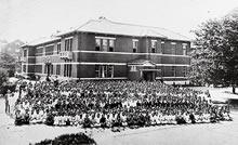 同志社女学校 1920年代中ごろの普通学部、専門学部全校生、ジェームズ館東側