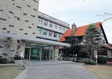 梨木学舎 1979年1月9日献堂式。 右が朝陽館・左とその奥が清真館。1988年まで主に一般教育の授業が行われた