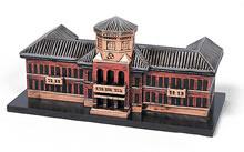 オルゴール 創立100周年を記念して、同志社同窓会では栄光館を模したオルゴールを作った。左引き出しを開けるとカレッジ・ソングが流れる