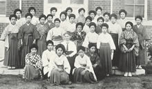 松田、バートン先生を囲んで 1916年英文科生。中央バートンの左後は松田道、その左後は井深八重、左端は片桐芳子