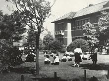 ジェームズ館前芝生 (1941年夏)