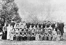 1911年3月卒業生 普通学部18名、高等学部4名、卒業生の胸にすみれのコサージュ