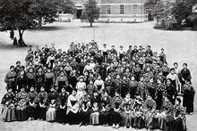 専門学部新入生 1922年4月、英文科予科、英文科、家政科、ジェームズ館東広場(現栄光館の位置)