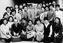 えんじゅ寮開館 1963年に自炊のできる寮として太秦に開寮(1968年閉寮)。中央は久次米哲子、大塚節治総長、前列に大塚肇