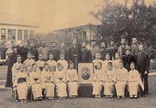 卒業記念 前列中央に新島襄遺影(1895年6月)