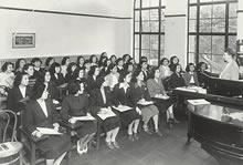 1947年 戦争が終わってクラップ教授が帰任。生徒の表情と服装と足元の変化