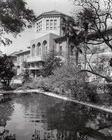 栄光館前の池 戦時下に防火用水池として大学生たちの奉仕で掘られた。戦後は鯉が泳いでいたが、新静和館建築に伴ってここに機械室と駐輪場が設けられた