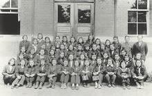 女専英語科1年生 1946年3月、加藤謙爾教授、瀧山徳三教授。「暖房はなく、皆ズボン姿、ジェームズ館南側が一番暖かい」(有賀のゆり)