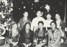 寮のクリスマス会 和服、チマチョゴリ、洋服。長谷場知亀舎監(1927年12月)