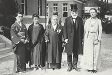 行啓当日の拝謁者 左から海老名みや、松田道、新島八重、海老名総長、デントン