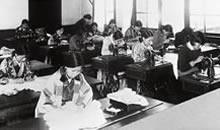 洋裁 星名久教授。和服・洋服・チマチョゴリの生徒もいる(1930年)