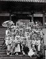 家政科北海道卒業旅行 日光にて、付添野村義太郎教授 荒木勝生徒主事、洋服が多数派になる(1932年6月2日~14日)