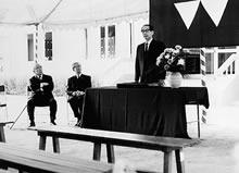 新心寮献堂式 左から秦孝次郎理事長、住谷悦治総長、越智文雄学長(1971年9月14日)
