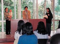 1996年春期リトリート フォトジャーナリストの桃井和馬・岸田綾子夫妻を講師に迎え、エイズ、戦争などの問題について考える機会をもった