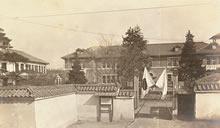 同志社女学校正門 静和館が正面、右側は1887年竣工の校舎(現在の栄光館の位置)