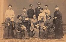 第7回女学校卒業式(1889年6月)教師はウェンライト(左)とホワイト(右)、後列に新島夫妻と浮田和民、生徒は前列左から加藤徳、広瀬恒、横田増、後列左から竹内梅、土倉政