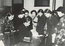 千人針を縫うデントン 一片の布に千人の女性が赤糸で一針ずつ縫って縫玉を作り、武運長久を祈願して出征兵士に贈った(1938年ころ)