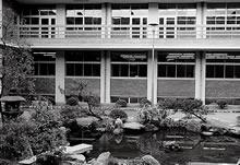 楽真館南側の日本庭園 ジェームズ館との間の中庭は、今も学生の憩いの場となっている