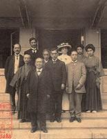 渋澤子爵を迎える(静和館正面) 前列・渋澤栄一、中央・田辺朔郎、左端・原田助総長 帽子はデントン