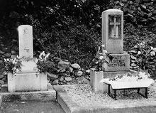デントン墓碑、隣は星名ヒサ 相国寺長得院墓地