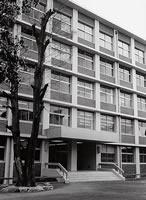 楽真館 1964年4月7日第1期工事完成。当時、同志社学園で最大の建物であった