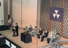 パイプオルガン奉献式 壇上中央は上野直蔵総長、岡野久二学長(1980年9月3日)