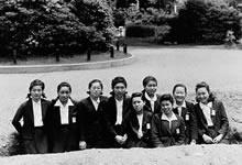 栄光館前の待避壕 1944年フランス語履修クラス9名。ドイツ語20名。戦前と戦中に独仏語の履修者数が大きく逆転した