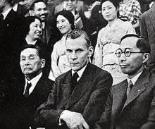 デイヴィス博士歓迎茶話会 アーモスト館にて、左から中村栄助理事、デイヴィス、湯浅八郎総長。同志社創立50周年記念特別連続講演のため来日。J. D. デイヴィスの令息、イエール大学社会事業教授(1935年6月)
