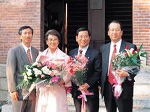 第3回名誉学位受賞者金玉羅 両隣はお祝いにかけつけた3人のご子息(1999年)