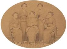 同志社女学校第1回卒業生5名(1882年6月)後列左より田代初・山岡登茂、前列左より河辺外居・土田常・高松仙。全員クリスチャンだった