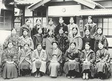 活水寮(1926年8月竣工) 1930年ころの寮生。洋服が多数派となる