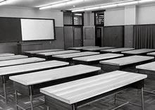 衣服実習室(楽真館) 木目も新しい実習台。黒板はスライド映写スクリーンを兼備している