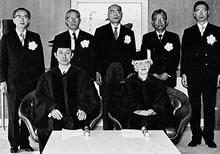 同志社大学名誉文化博士の学位記を贈与された江崎玲於奈とE. L. ヒバード
