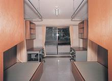寮室(みぎわ寮) 椅子式机、畳敷きベッドの洋室タイプ