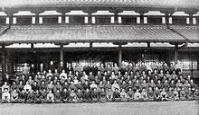 奈良修学旅行 1909年5月28日(地久節)、同志社女学校教職員および生徒総数119、奈良に遊ぶ。奈良公会堂にて