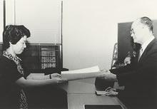 大学院博士課程学位授与式 1982年9月30日に文学博士第1号が授与された(院生甲元洋子)
