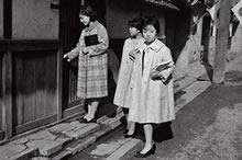 授業を終えて実習ハウスに帰る学生 1962~68年には、楽真館北隣の民家を実習ハウスとした(1965年)