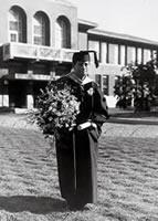 M. F. デントン勲六等瑞宝章 1933年1月16日、この日1931年6月16日に米国ウィリアムズ大学より教育学博士の名誉学位を得たときの盛装で記念撮影(死後勲三等瑞宝章)