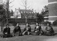 1935年英文科卒業生 ジェームズ館前の芝生からアーモスト館が背景に見える