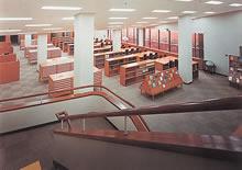 閲覧室(図書館地下1階) 地下式図書館は全国にも珍しく、当時は見学者がひきもきらなかった