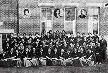 1923年卒業記念 英文科23名、家政科23名、卒業生の胸にすみれのコサージュ。中央に新島八重