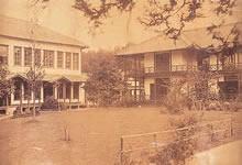 100名収容の新校舎(左側の建物) 「明治十八年事件」後に、ウーマンズ・ボードの募金により増築された